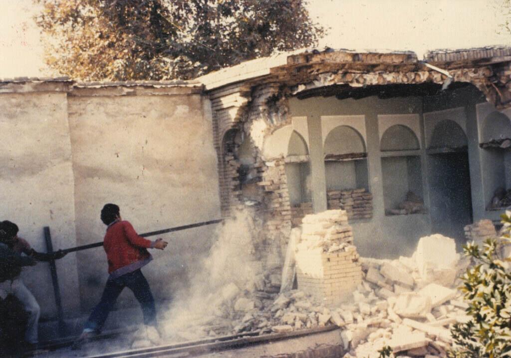 تخریب خانه سید علیمحمد باب در کوچه شمشیرگرهای شیراز ۱۸ آبان ۱۳۵۸
