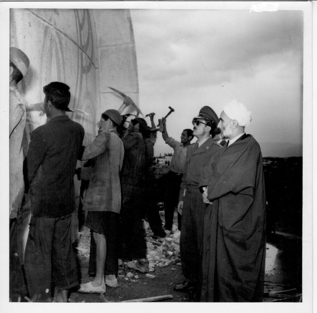 حجتالاسلام فلسفی و سرهنگ حریری در حال نظارت بر تخریب گنبد حظیرةالقدس تهران