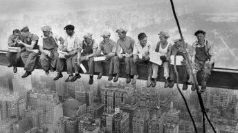 ۳. ناهار در بالای آسمانخراش – چارلز کلاید ابِتِس