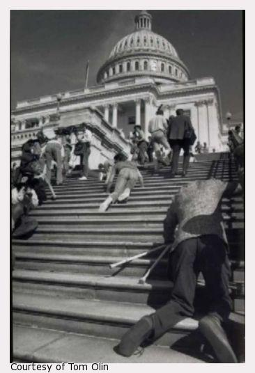 چهاردستوپا روی پلههای کنگره