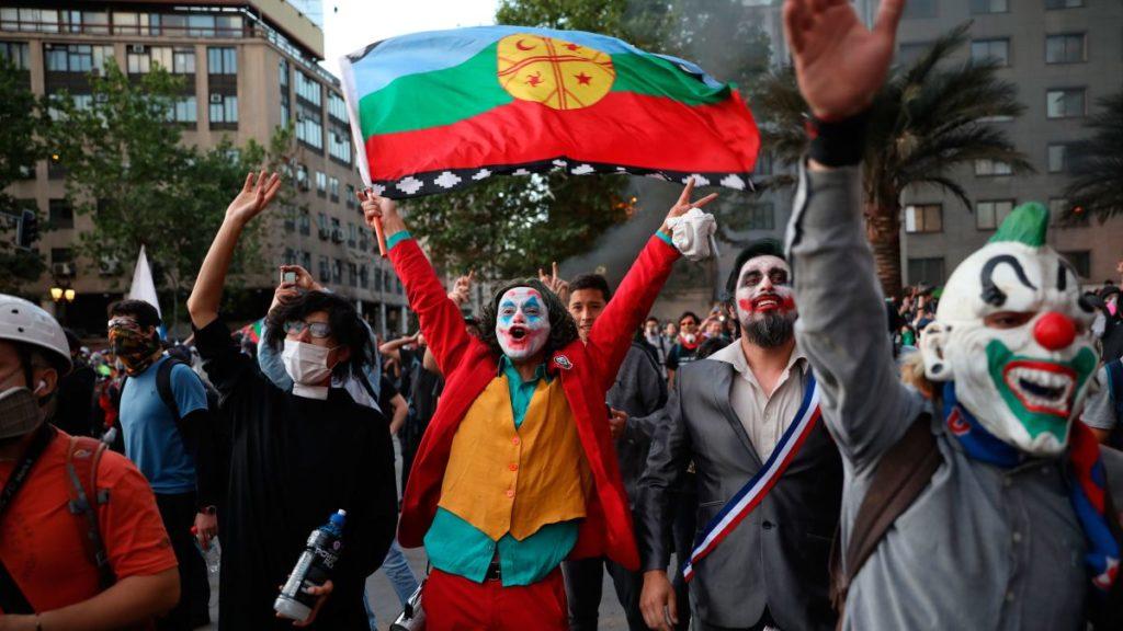 معترضی با صورتک جوکر در شیلی