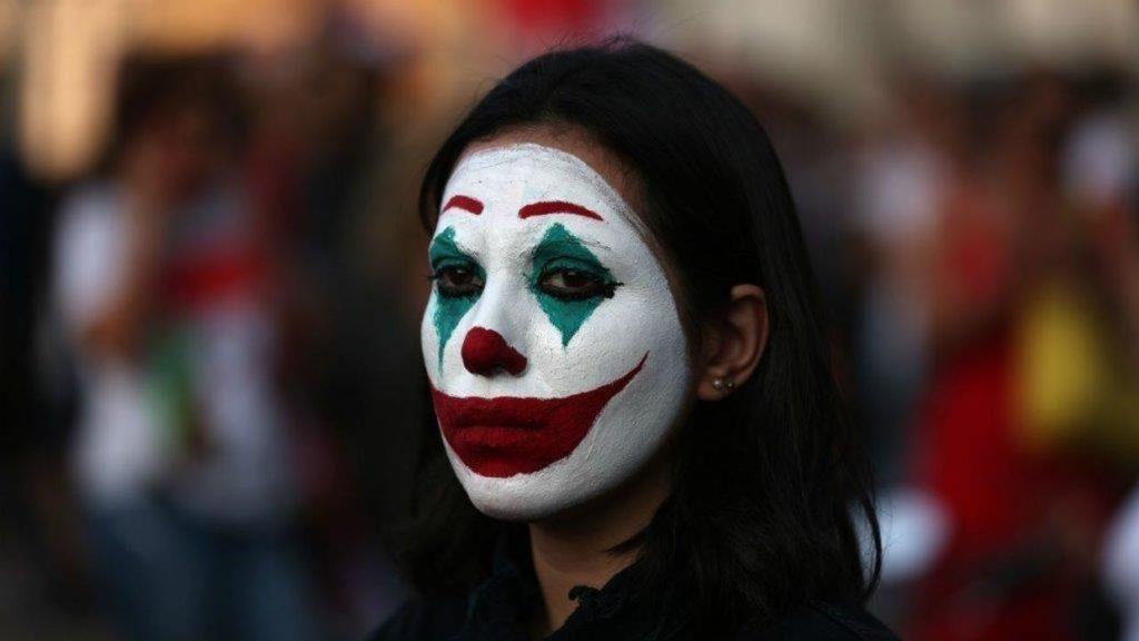 زنی با گریم جوکر در بیروت